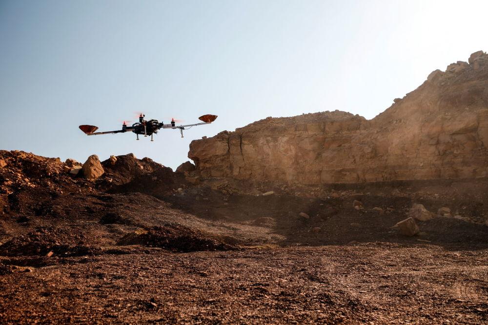 هواپیمای بدون سرنشین در نمایش آزمایشی برای شبیه سازی پرواز به مریخ در صحرای نگو ، اسرائیل