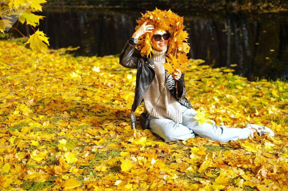 دختری در پارکی در مسکو
