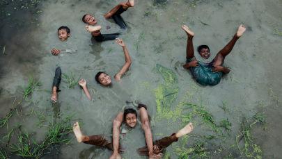 برندگان مسابقه «عکاسی آب و هوا 2021»انجمن هواشناسی سلطنتی عکاس، محمد امداد حسین از بنگلادش، شادی کودکانه