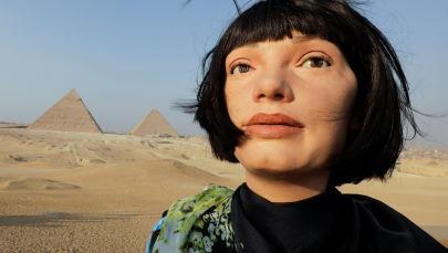 ربات انساننمای «آی-دا» در نزدیکی اهرام ثلاثه مصر
