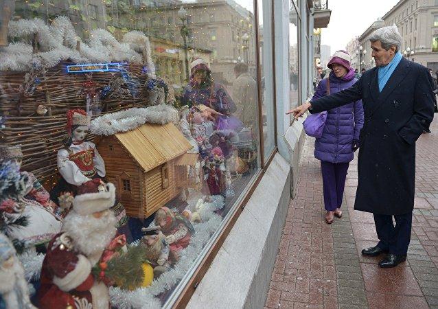 لاوروف عروسک بابا سرما را به کری هدیه داد