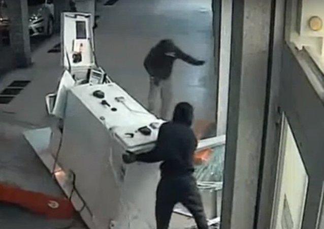 سرقت به ایتالیایی: دزدان خودپرداز را با کامیون بردند