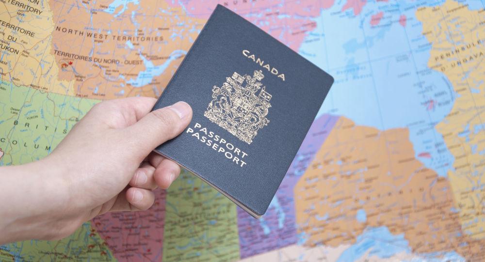 Канадский паспорт на фоне карты мира