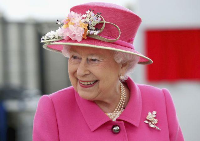 ملکه بریتانیا با عصا در انظار عمومی ظاهر شد