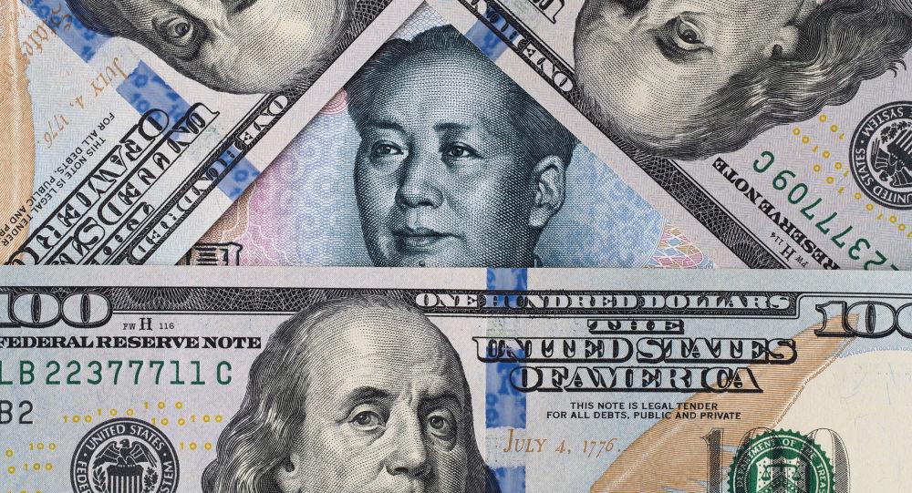 Банкноты долларов США и китайских юаней