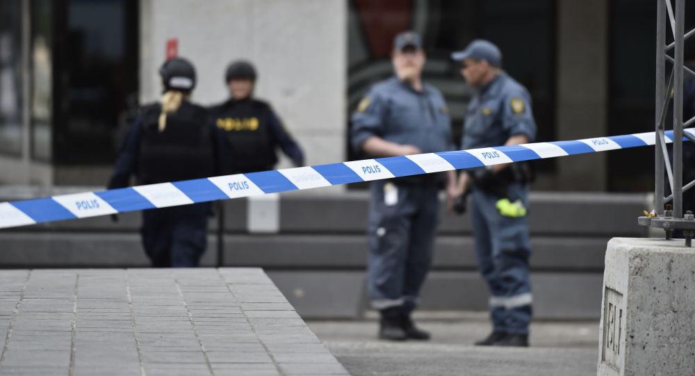 Полиция рядом с местом въезда грузовика в магазин Ahlens в центре Стокгольма
