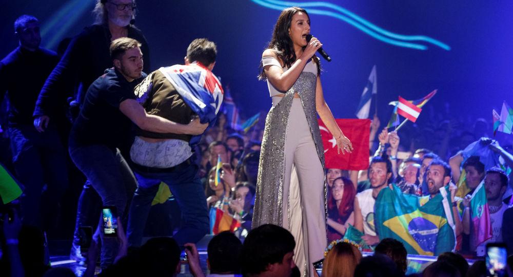 مردی برهنه، اجرای زنده جمالا در مسابقات یوروویژن را برهم زد
