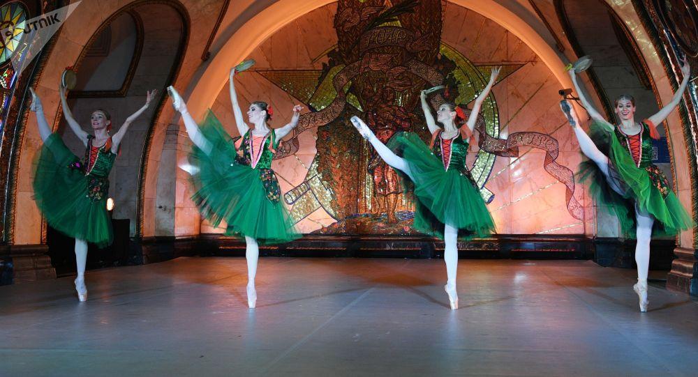 مراسم باشکوه رقص باله در مترو مسکو+ عکس
