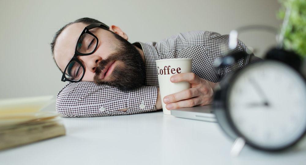 مرد کارمند  در حال خواب