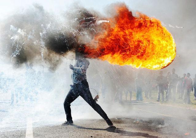 عکس برتر از عکاس آفریقای جنوبی تظاهرات در آفریقای جنوبی. جايزه نخست در اخبار برتر