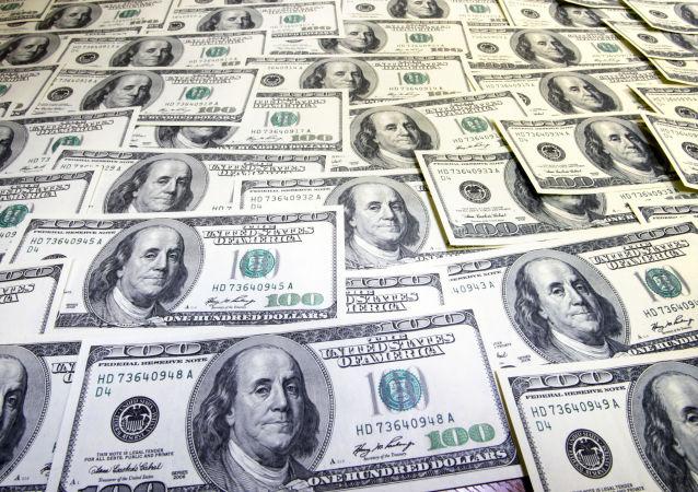 باند فروش دلارهای سبز و سیاه در ایران به دام افتاد