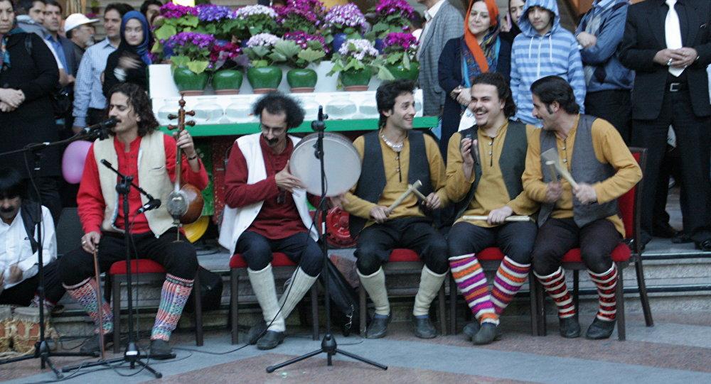 اجرای زیبای آهنگ محلی توسط دختر ۹ ساله ایرانی در لایو اینستاگرام +ویدئو
