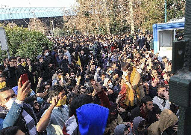 چرا ایرانی ها تحت تاثیر نفوذ رسانه های دشمن قرار می گیرند؟