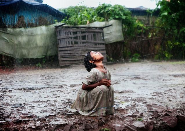 عکس آلکس ماسی، عکاس خبری ایتالیایی تحت عنوان «Poonam's Tale of Hope in Bhopal» در بخش مجموعه عکس ها درباره زندگی روزمره مسابقه بین المللی عکاسان خبری جوان در مسکو به نام آندره استنین سوم شد.