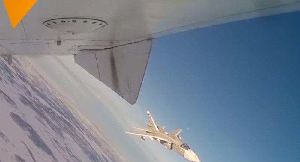 رزمایش بمب افکن سو24 و میگ 31 در میان ابرها + فیلم
