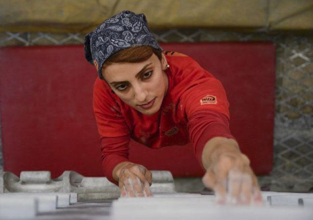 چنگ زدن به دیوارهای سنگی با دستان زنانه+تصاویر