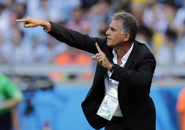 کارلوس کی روش با کراوات وارد جایگاه بازی ایران مراکش شد