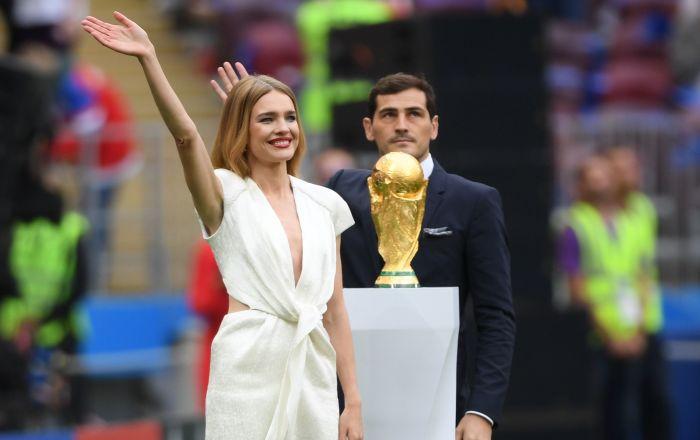 مدل ناتالیا وودیانووا و فوتبالیست ایکر کاسیلیاس با جام جهانی فوتبال  2018 در مراسم افتتاحیه