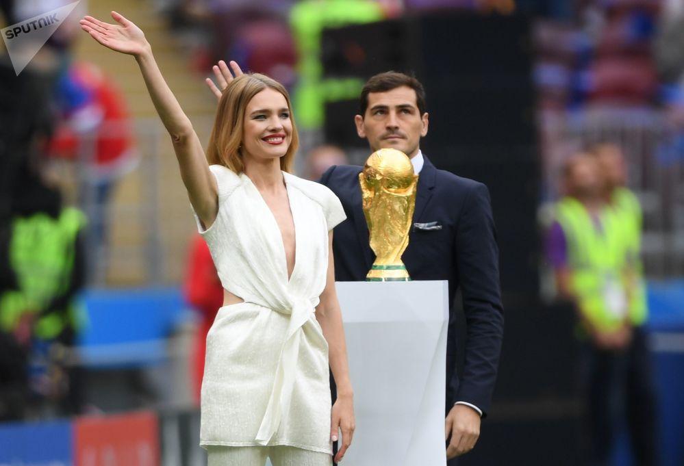 مدل ناتالیا وودیانووا و فوتبالیست ایکر کاسیلیاس با جام جهانی فوتبال  2018 در مراسم افتتاحیه  در استادیوم «لوژنیکی» مسکو.