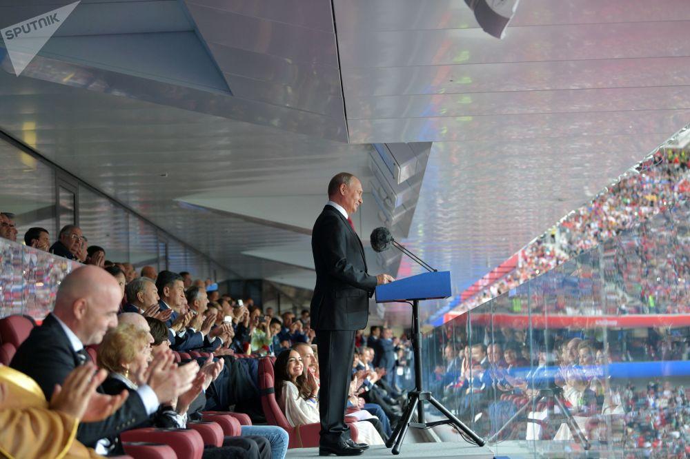 ولادیمیر پوتین در مراسم افتتاحیه جام جهانی فوتبال-2018 در استادیوم «لوژنیکی» مسکو