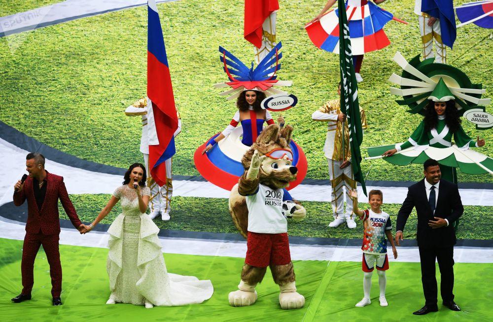 خواننده روبی ویلیامز و آئیدا گاریفولینا خواننده اپرا در مراسم افتتاحیه جام جهانی فوتبال-2018 در استادیوم «لوژنیکی» مسکو