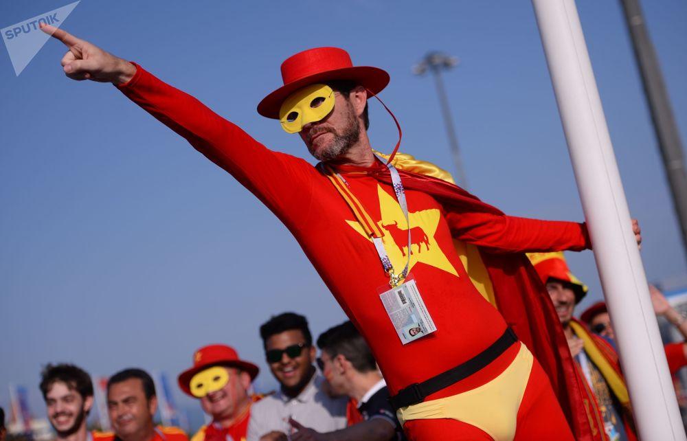 هوادار تیم ملی فوتبال اسپانیا قبل ازز آغاز بازی تیم های اسپانیا و پرتغال