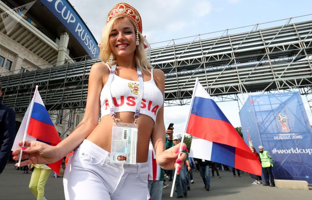 هوادار تیم ملی فوتبال روسیه قبل از بازی روسیه و عربستان سعودی