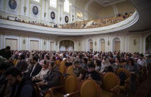 تماشاچیان در حال تماشای هنرنمایی ارکستر سمفونیک تهران در کنسرواتوآر مسکو