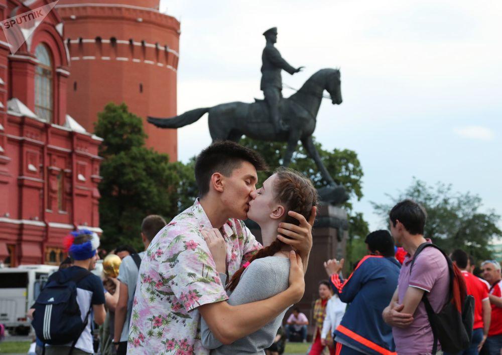 زوج عاشق در بین هواداران در میدان مانژ مسکو