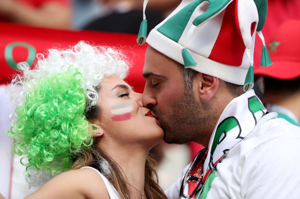 بوسه های زوج ایرانی در بازی بین ایران و مراکش