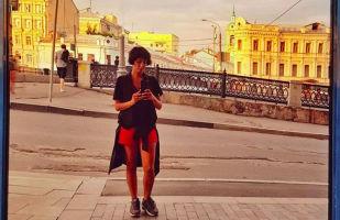 مسکو دختر زیبای قرمزپوش، با پاشنه های بلند