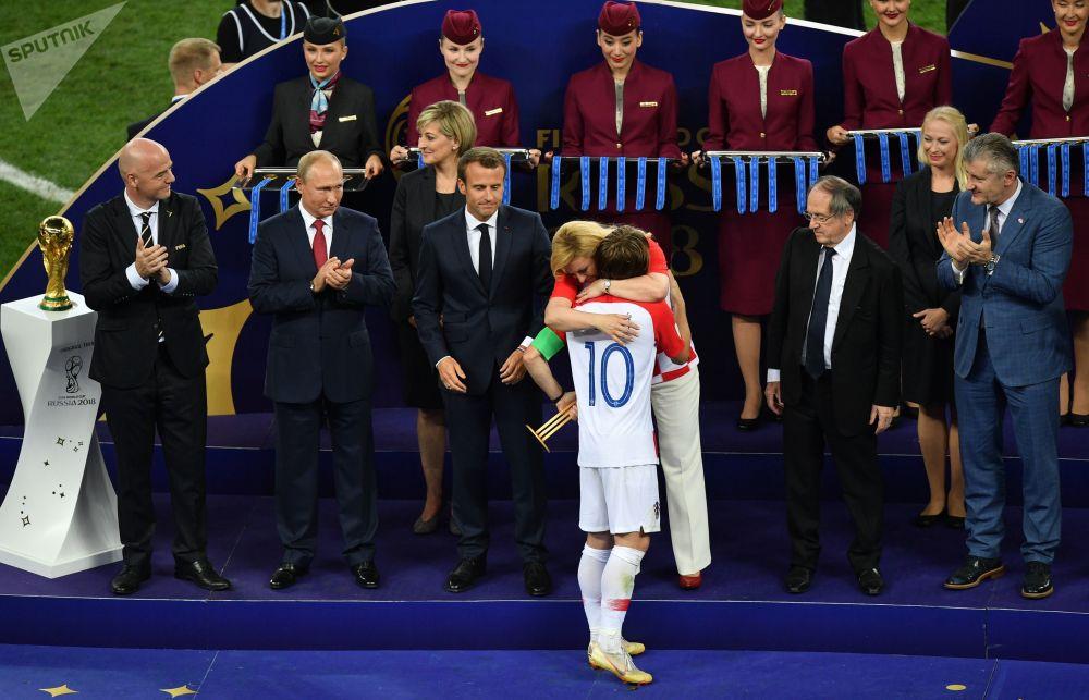 لوکا مودریج  بازیکن تیم کرواسی در هنگام دریافت جایزه بهترین فوتبالیست جام جهانی 2018
