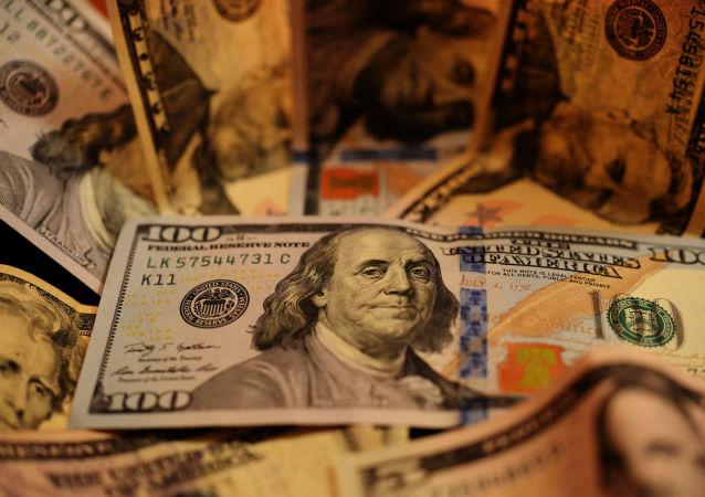 وقتی کارشناس تلویزیون ایران دلار را پاره می کند + ویدئو