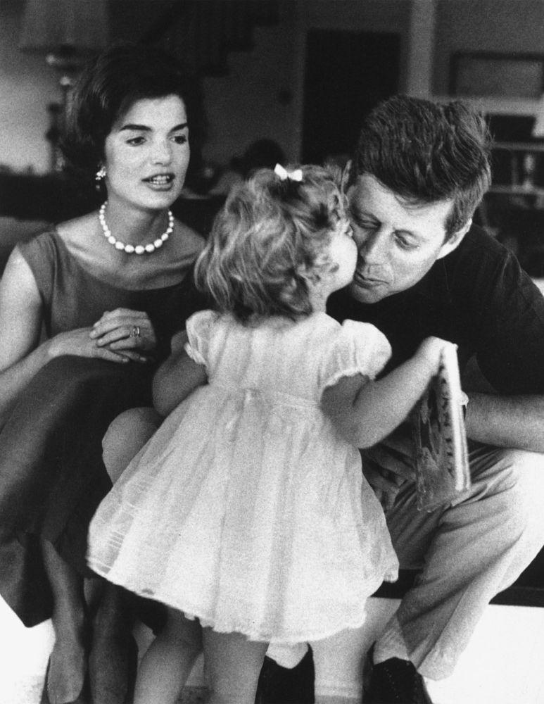 سی و پنجمین رئیس جمهور آمریکا ، جان کندی به همراه خانواده اش در کاخ سفید