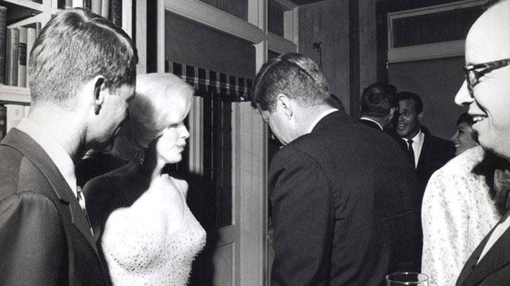 رئیس جمهور آمریکا جان کندی در دیدار با مرلین مونرو