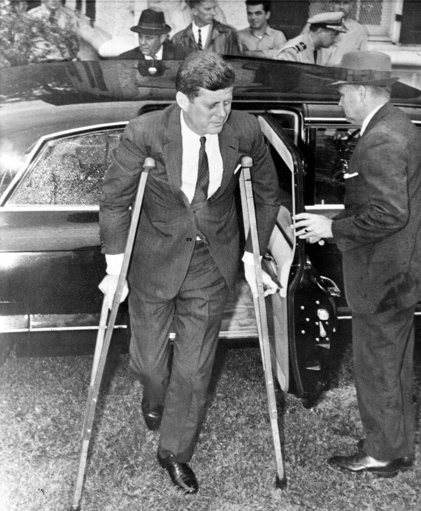 جان کندی، ۳۵ مین رئیس جمهور آمریکا با پای شکسته در دیدارش با نخست وزیر ژاپن