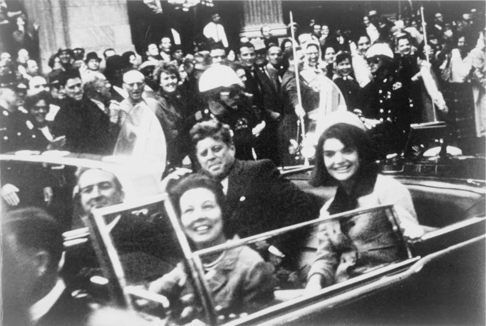 جان کندی در کنار همسرش ژاکلین در روز قتلش