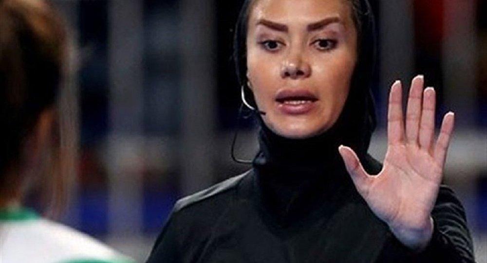 حضور داور زن ایرانی در دیدار تیمهای ملی جمهوری چک و اسپانیا