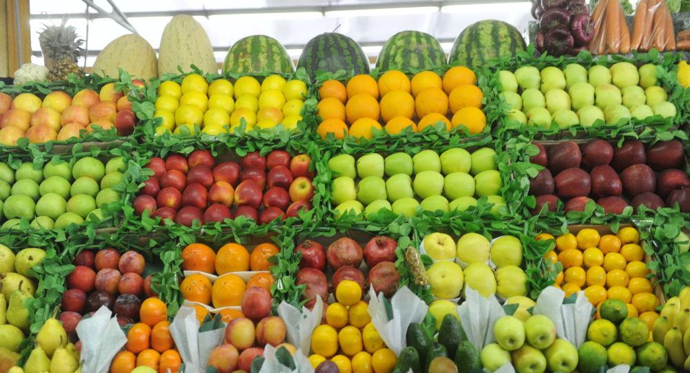 بسیاری در ایران دیگر توان خرید میوه را ندارند