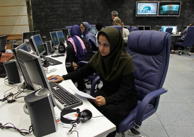 توبیخ خانم مجری جوان در پی حمله به دولت
