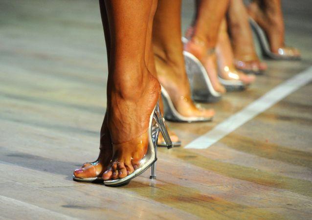 زنان در ملاقات با مردان خوش چهره و خوشتیپ از کفش پاشنه بلند استفاده می کنند