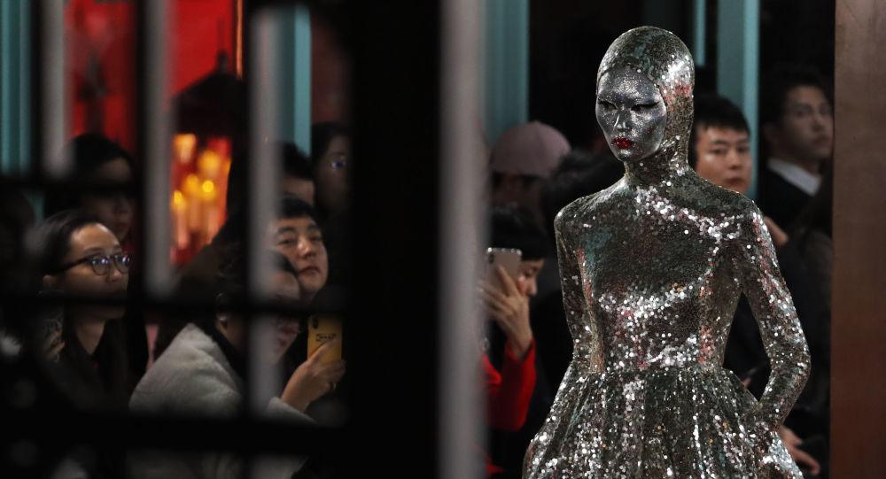 جنجال مجسمه زن خوشهچین با لباس بدننما در ایتالیا +عکس