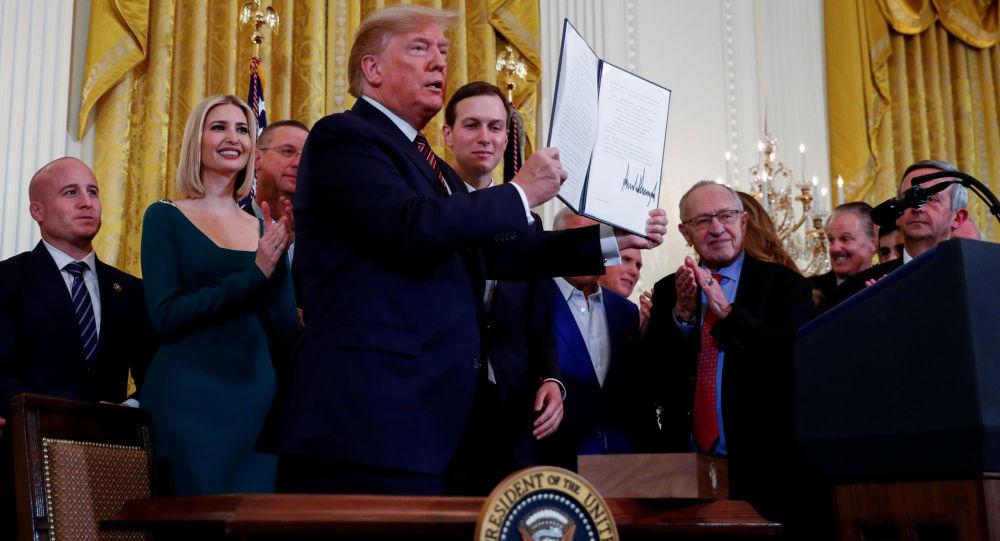 دونالد ترامپ، رئیس جمهور ایالات متحده  یک دستور اجرایی را با هدف مبارزه با یهودی ستیزی امضا کرد.