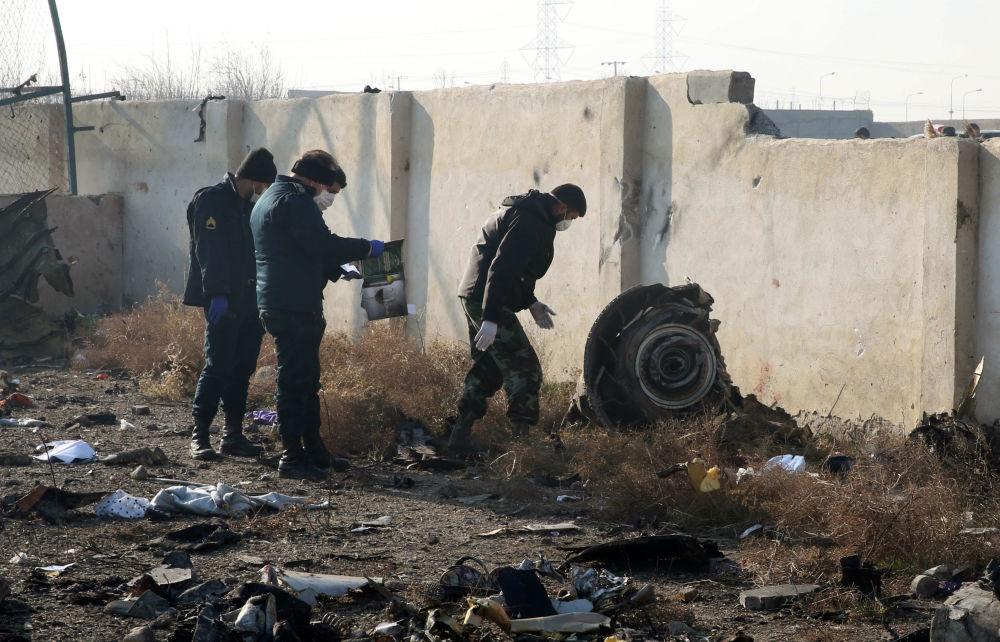 نیروهای امداد در محل سقوط هواپیمای اوکراینی در ایران