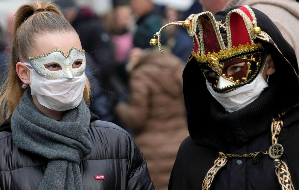 Хотя еще во время проведения всемирно известного Венецианского карнавала его участникам уже пришлось одеть маски. Сразу после вспышки заболевания на севере Италии, в стране были предприняты усиленные меры предосторожности