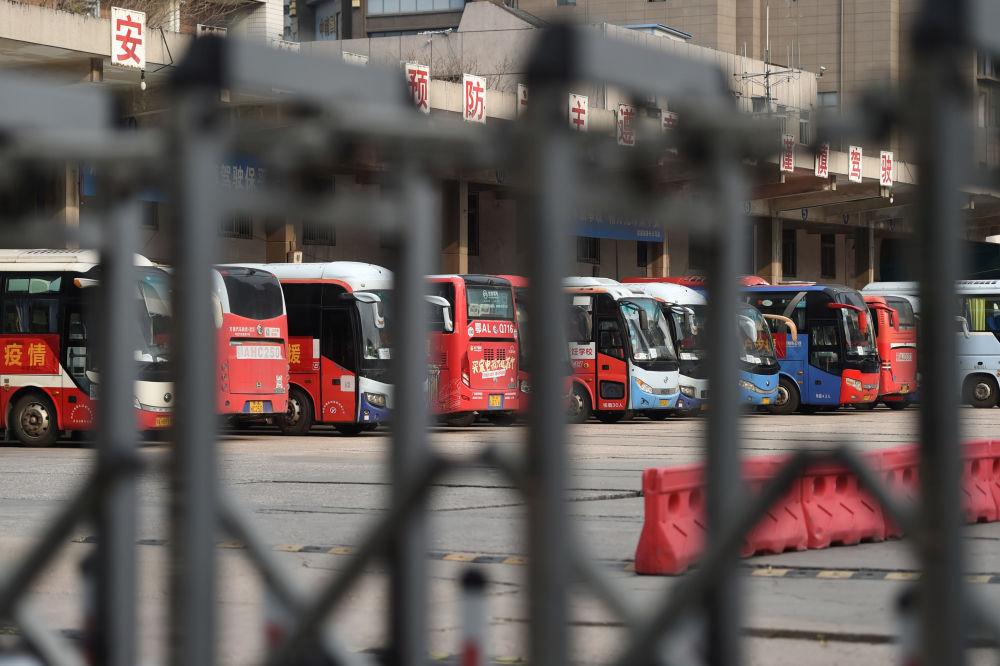 Тем временем многие сферы жизнедеятельности в Китае терпят убытки. На фото - остановленные автобусы на автовокзале в Ухане в провинции Хубэй, закрытом после вспышки коронавируса
