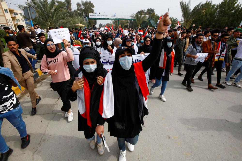 Кстати, в Ираке, несмотря на случаи коронавируса, не прекратились антиправительственные выступления. На фото - иракские демонстранты в масках во время продолжающихся антиправительственных акций протеста в городе Наджаф