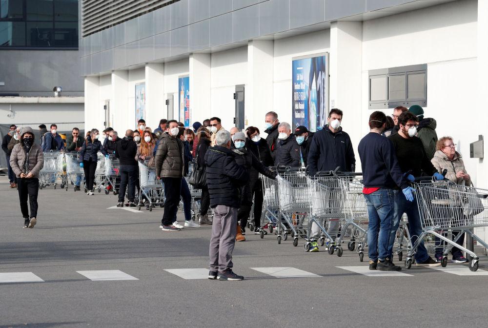 Жители Италии, после вспышки коронавируса на севере страны, выстроились в очереди в супермаркеты, чтобы запастись продуктами на случай общего карантина