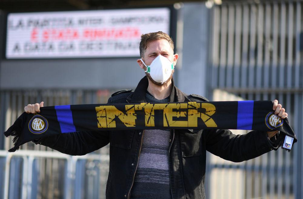 Мужчина в защитной маске у стадиона Джузеппе Меацца (Сан-Сиро) в Милане. Там был отменен матч Интер Милан - Сампдория из-за вспышки коронавируса в Ломбардии и Венето