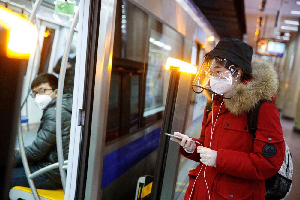 Чтобы не заразиться коронавирусом, надо защищать не только рос и нот, но и глаза. Так выглядят те, кто носит лицевые защитные маски в метро в Пекине, Китай